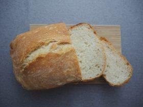 ホームベーカリーで焼いたフランスパン。