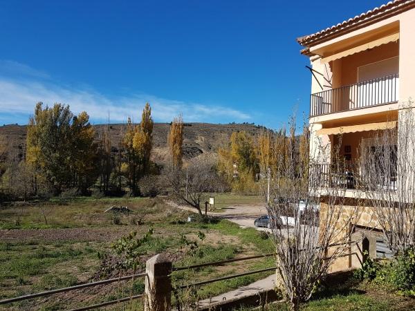 右側は村唯一のホテル。
