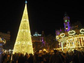 バレンシア・市庁舎広場の巨大クリスマスツリー。
