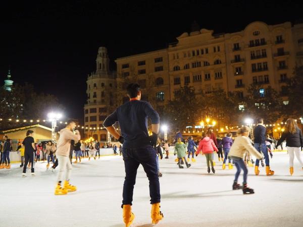 バレンシア・市庁舎広場のアイススケート場。