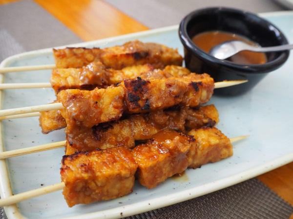 「Sabor Nusantara」テンペの串焼き。