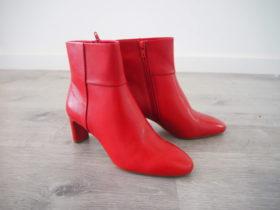 スペインブランドMANGOの赤いショートブーツ。