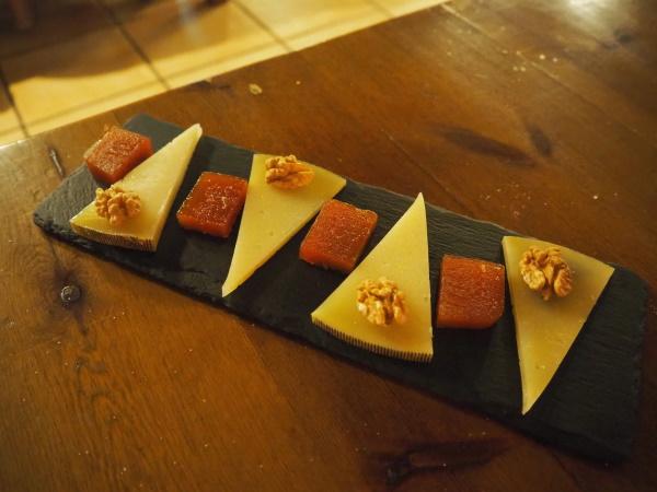 デザートのチーズ・クルミ・メンブリージョ(Membrillo)