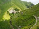 奥に見えるのがアルペア洞窟。